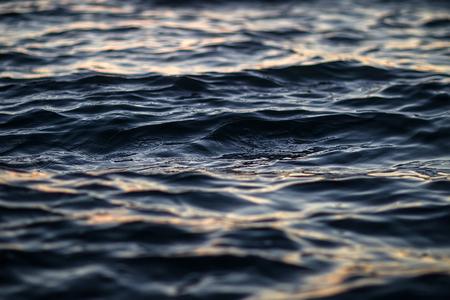 olas de mar: Foto de primer plano de la hermosa superficie del oc�ano mar azul marino claro agua con ondas ondas de baja en el fondo marino, cuadro horizontal Foto de archivo