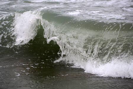 granola: Foto de cerca de romper impresionante cresta de la ola de peine rizador de tormenta top grande con salpicaduras blancas spindrifts spoondrifts de tiempo claro día gris de mar en el fondo marino, cuadro horizontal