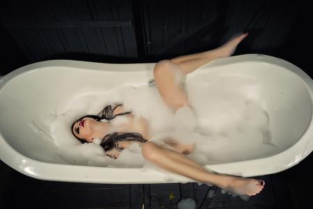 Mujer atractiva en la ficha de baño