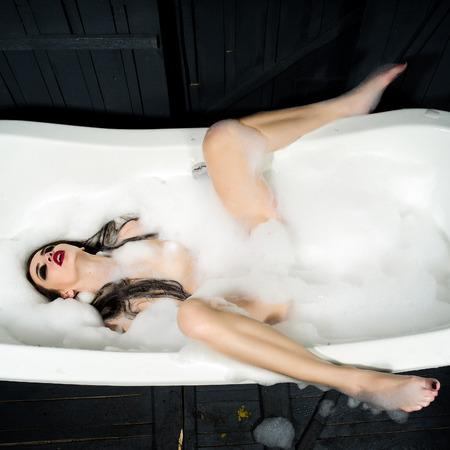 mujeres desnudas: Mujer atractiva en la ficha de baño