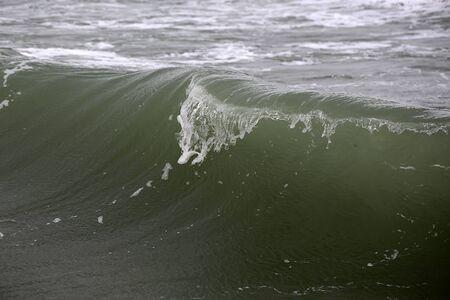 granola: Foto de cerca de romper impresionante gran cresta de la ola de peine rizador de tormenta arriba con ondas salpica spindrifts blancos spoondrifts de tiempo claro día gris de mar en el fondo marino, cuadro horizontal