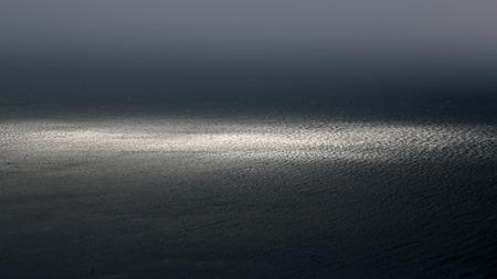 desolaci�n: Foto de la espectacular costa marina horizonte marino oscuro con ondulaciones fusiona con el cielo gris en la oscuridad intemperie sobre el fondo marino, cuadro horizontal