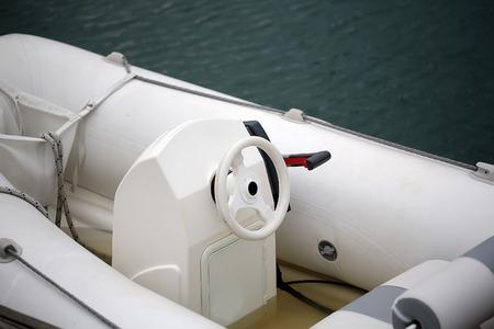 timon barco: Foto de primer plano de control de la dirección de la rueda del timón de la mano de imagen blanco y moderno de alta mar lanzamiento de un barco de motor de mar con agua salada en el fondo marino borrosa, horizontal Foto de archivo