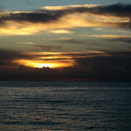 desolación: Foto de la espectacular costa del mar mar azul marino con las ondulaciones contra la iluminación de color amarillo-luz del cielo nublado bajo nivel en la oscuridad intemperie hora del atardecer sobre el fondo marino, imagen cuadrada