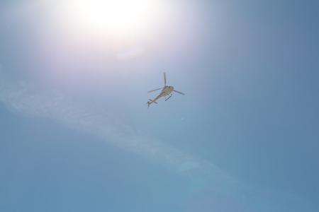 plan �loign�: La photo ci-dessous � long tourn� � partir d'un vol stationnaire d'un h�licopt�re dans le ciel bleu journ�e ensoleill�e sur fond c�leste, image horizontale Banque d'images