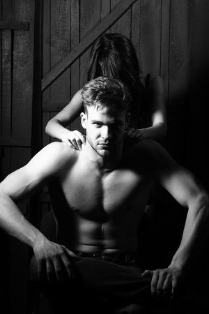 seins nus: Jeune couple sensuel sexy musculaire homme macho avec le torse nu et jolie seins nus femme embrassant amant