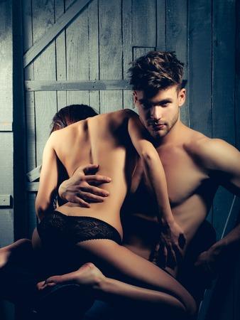 seins nus: Jeune couple sensuel de l'homme musclé macho avec torse nu et sexy femme aux seins nus