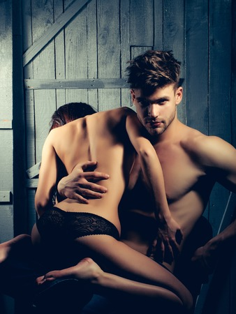 nackter junge: Junge sinnliche paar muskul�sen Macho Mann mit nacktem Oberk�rper und ziemlich sexy Oben-ohne-Frau