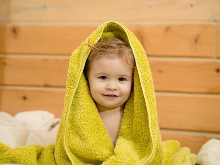 sauna nackt: Nette gl�ckliche sch�ne l�chelnde verspieltes Kind Junge mit nassen Haaren im Treibhaus Bad sitzen