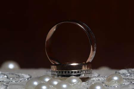 Goldring und Perlen Halskette auf unscharfen Hintergrund