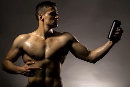 nackte brust: Junger stattlicher Mann mit muskul�sen K�rper nass nackte Brust und Rumpf im Studio schwarz Zinn Glas auf grauem Hintergrund aufwirft