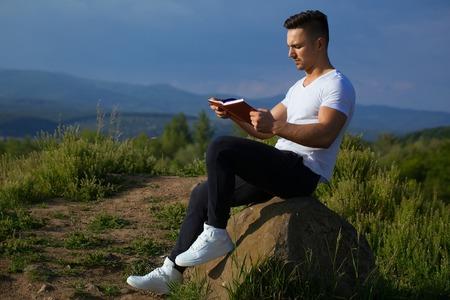 nackte brust: Junge gut aussehend seus Mann mit muskulösen sexy Körper und nackte Brust mit dem Laptop im Freien sonnigen Tag sitzen auf blauem Himmel Hintergrund