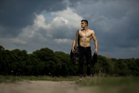 Hombre Hermoso Joven Con Cuerpo Musculoso Y El Torso De Pie