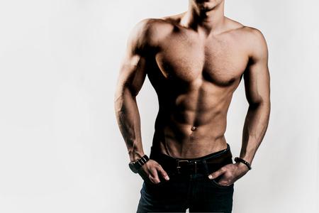 nackte brust: muskul�sen m�nnlichen Torso der Bodybuilder Athleten in Kraft auf den H�nden und nackten Brust auf wei�em Hintergrund mit Adern aufwirft
