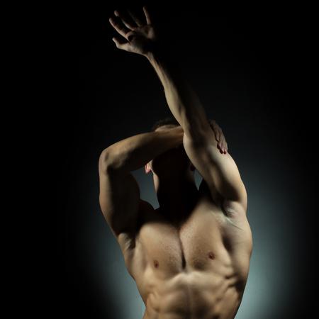 nackte brust: muskul�sen m�nnlichen Torso der Bodybuilder Athleten in Kraft auf den H�nden und nackten Brust auf grauem Hintergrund mit Adern aufwirft Lizenzfreie Bilder