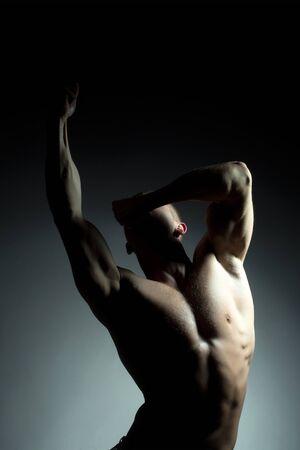 nackte brust: muskul�sen m�nnlichen Torso der Bodybuilder Athleten in Kraft auf den H�nden und nackten Brust auf schwarzem Hintergrund mit Adern aufwirft