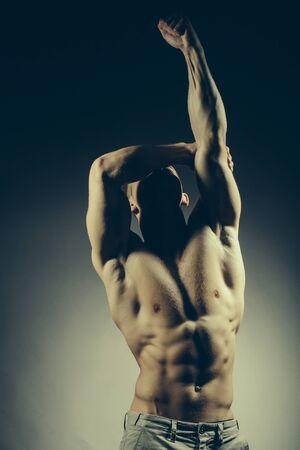 nackte brust: muskulösen männlichen Torso der Bodybuilder Athleten in Kraft auf den Händen und nackten Brust auf grauem Hintergrund mit Adern aufwirft Lizenzfreie Bilder