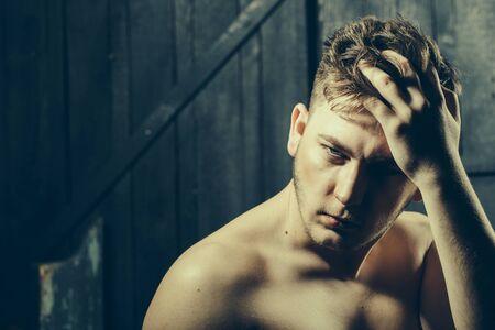 nackte brust: Gut aussehender junger Macho Mann mit nacktem Oberkörper und kurze stilvolle Haar im Studio auf Holzuntergrund Lizenzfreie Bilder