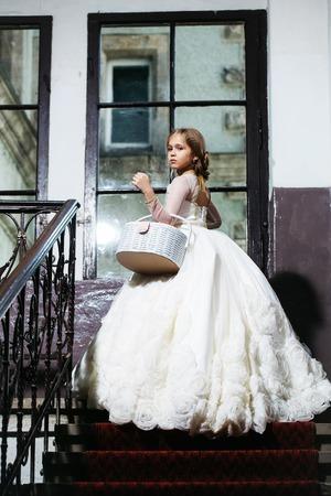 Kleine Mädchen Kind Mit Langen Blonden Haaren Windig Und Recht ...