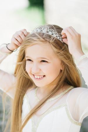 Kleine Mädchen Kind Mit Langen Blonden Haaren Und Recht Glücklich ...