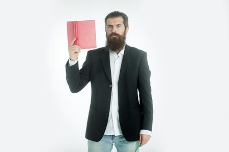 lapiz y papel: joven apuesto hombre con barba científico o profesor de negocios con larga barba en la chaqueta que sostiene el libro rojo o papel de carta y lápiz aislado en el fondo blanco