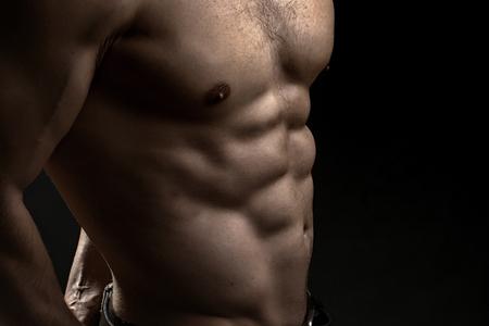 nackte brust: Closeup Blick auf ein gut aussehend starken jungen männlichen nackten Brust von muskulösen Körper stehend posiert auf Studio-Hintergrund, horizontal Bild