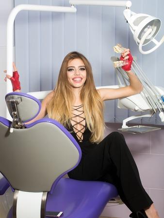 Belleza y cuidado de la salud, médico. Mujer joven con hermosa sonrisa en consultorio dental.