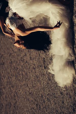 cola mujer: Mujer sensual novia bonita morena en vestido de novia blanco de la manera hermosa con la cola larga al revés con efecto retro sepia