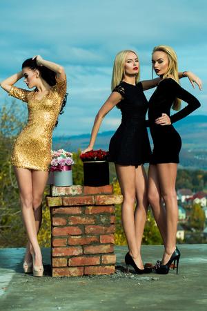 Chicas Guapas Tres Mujeres Hermosas En Vestidos Sexy Con