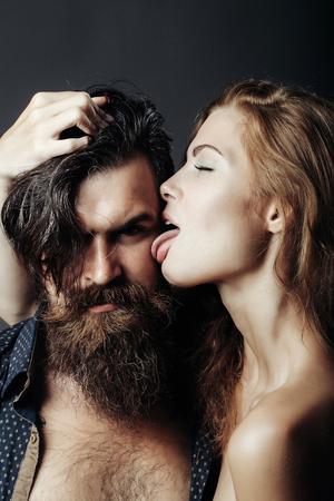 nackte brust: bärtigen Mann mit nackten Brust und der weiblichen dünnen flexiblen Körper der jungen hübschen sexy Frau oder ein Mädchen mit langen blonden Haaren männliche Gesicht lecken