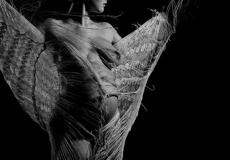 Jolie femme heureuse ou jolie fille enceinte avec un corps sexy nu, une poitrine et un ventre rond ou un abdomen en pantalon et écharpe à la fête des mères, en noir et blanc, espace de copie Banque d'images - 72113719