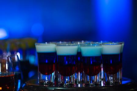 Gaststätteaufschlag am Hochzeitsfest mit Satz von weichen und langen Getränken der Cocktails auf blauem Hintergrund Standard-Bild - 76681281