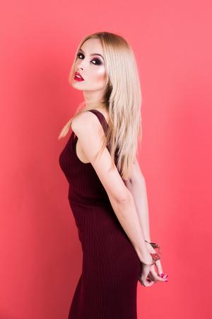 수 갑 소녀입니다. 수 갑, 패션 소녀 섹시 한 메이크업, 빨간 입술과 금발 머리 섹시 한 금발 젊은 여자