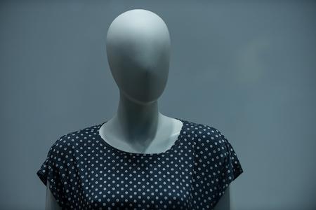 Mannequin formé femme enceinte dans un chemisier de mode avec ses cheveux et maquillage sur fond gris Banque d'images - 79352356
