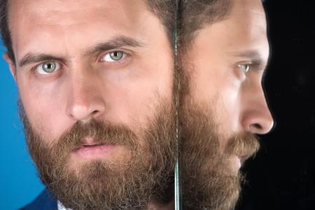 Barba. Cara de hombre barbudo serio o hombre de negocios que refleja en el espejo, negocios multifacéticos, negocios ágiles, éxito y visión, peluquería y cabello Foto de archivo - 80166742