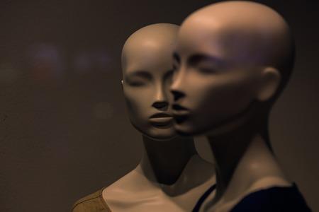 Gente simulada, moda mujer sobre fondo gris, negocios y marketing, diseño y compras. Foto de archivo - 79857364