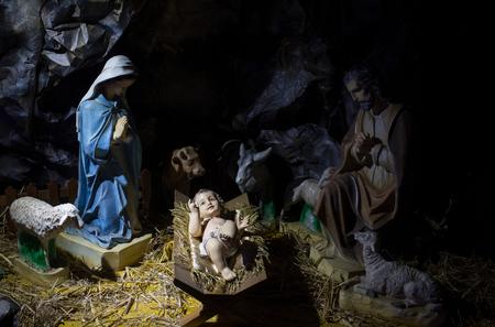 b699d324180 Escena De Navidad. Niño Jesús Acostado En Pesebre O Cuna En Cueva O ...