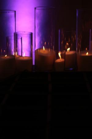 어두운 배경에 불꽃 illumnation와 우아한, 유리 candleholders에서 굽기 흰색, 입자가 왁스의 촛불. 홈 장식입니다. 휴일, 축하. 열 에너지 스톡 콘텐츠