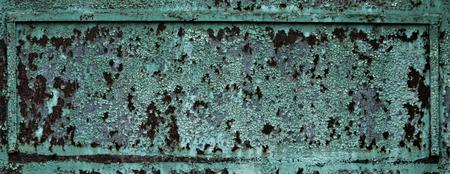古いグリーンのペイント割れ、錆びた金属の背景に剥離さびた金属板表面テクスチャーの断片。無視、崩壊と破滅