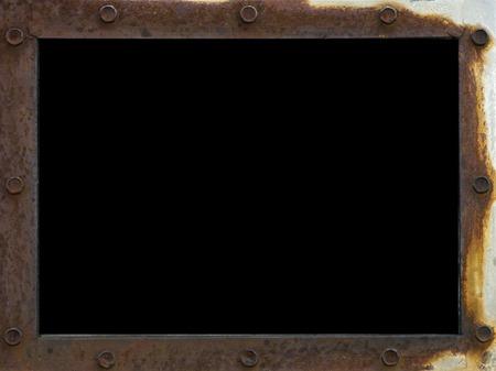 frame schroot, met metalen geroeste oppervlaktestructuur, met ijzeren klinknagels en zwart scherm op gemetalliseerde achtergrond. Verwaarlozing, verval en verwoesting, kopieer ruimte Stockfoto
