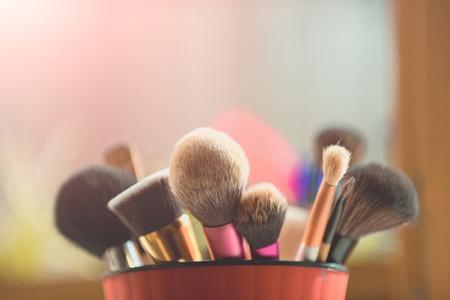 세련 된 화장품 분홍색 컵에서 배경, 패션 및 뷰티, 얼굴 및 디자인에 대 한 메이크업 브러쉬