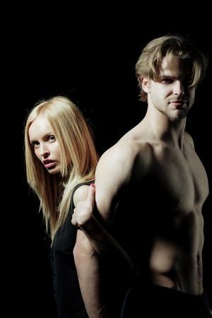 남자와 여자 또는 예쁜 여자와 금발 머리, 섹시 한 남자 또는 근육 질의 사나이 몸통 벌 거 벗은 몸통에 서 서. 사랑에 몇입니다. 스포츠 및 휘트니스 스톡 콘텐츠