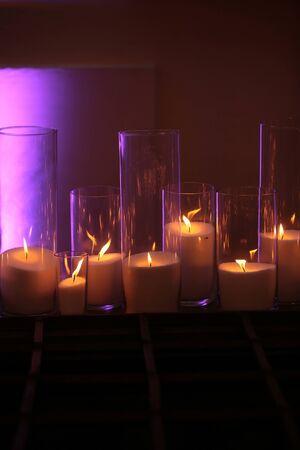 로맨스, 아름 다운 촛불 빛나는 배경에 나무 보드에 다른 크기의 우아한, 유리 candleholders에서 굽기. 홈 장식입니다. 휴일, 축하. 어둡고 가벼운. 열 에너