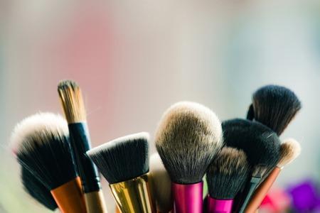 Pinceles de maquillaje profesional sobre fondo borroso, belleza y moda Foto de archivo - 80526335