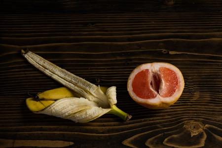 banaan, gele schil, en, rode grapefruit, op, houten achtergrond, fruit, liefde, en, zomer, vitamine, en, dieet, gezonde voeding, penis, en, vagina