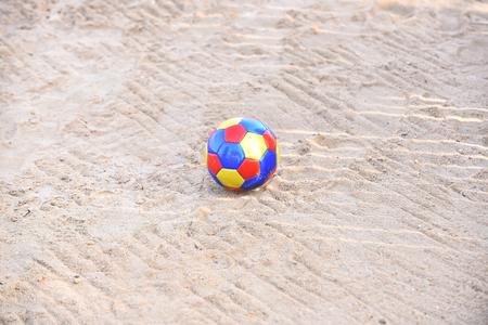 Bal helder en kleurrijk voor de zomeractiviteit die op zand van strand legt Stockfoto