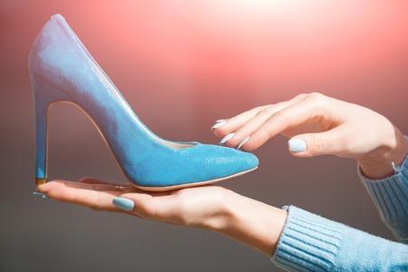 Main avec glamour chaussure féminine daim couleur bleu sur fond flou, mode et beauté, shopping et présentation, cendrillon Banque d'images - 80556495