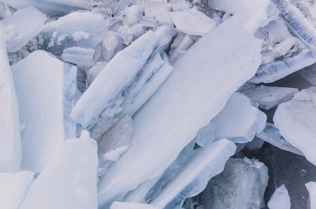 ijs of bevroren water, blauwe en witte stukken met de oppervlaktestructuuroppervlakte van de vorstkristalstructuur als abstracte ijzige achtergrond. Winter, natuur Stockfoto