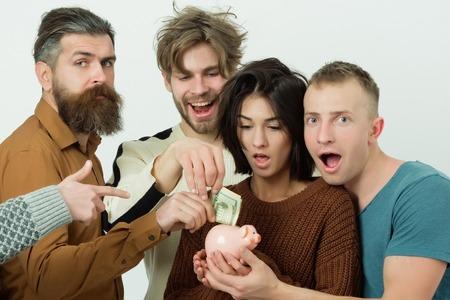 Uomini e ragazza che risparmiano dollaro con una banca salvadanaio, successo aziendale e soldi, persone felici su sfondo bianco Archivio Fotografico - 80684393