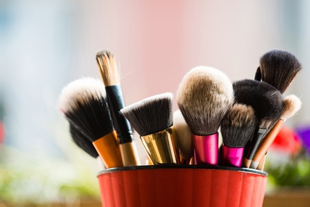 세련 된 메이크업 또는 핑크 컵에 화장품 전문 브러쉬 흐린 된 배경, 패션 및 뷰티, 얼굴 및 디자인